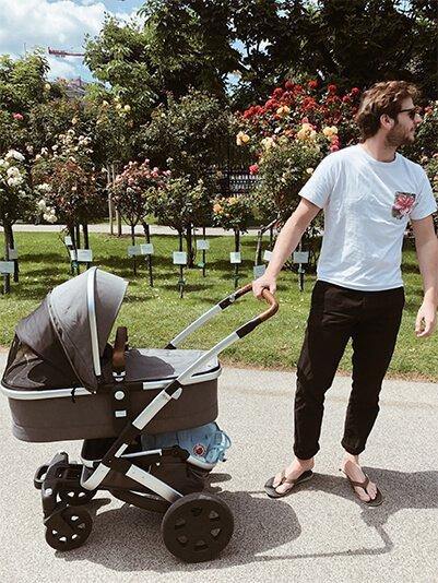 Babyshop - Mann mit Kinderwagen