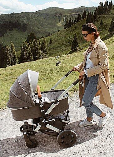 Leandra mit Kinderwagen